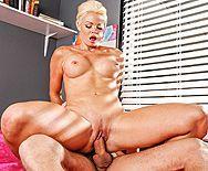 Порно охранника со зрелой сексуальной блондинкой - 4