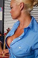 Порно охранника со зрелой сексуальной блондинкой #5