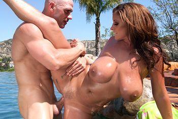 Смотреть шикарный секс у бассейна с женщиной с огромными сиськами