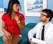 Межрасовый анальный секс доктора с темнокожей красоткой - 1