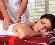 Красивый секс худенькой женщины с массажистом - 1