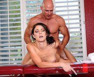 Красивый секс худенькой женщины с массажистом - 4