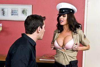 Смотреть порно молодого парня с пышногрудой брюнеткой в униформе копа