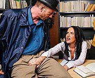 Смотреть жёсткое порно с красивой брюнеткой в библиотеке - 1