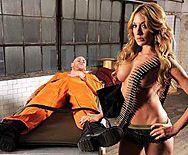 Сексуальная блондинка сквиртит от секса с заключенным - 1