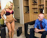 Смотреть анальный секс милой желанной пышной блондинки с лысым парнем - 1
