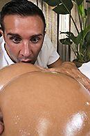 Красивая молодая брюнетка наслаждается сексом с массажистом #5