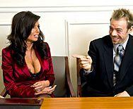 Порно в офисе с горячей ненасытной брюнеткой в чулках - 1
