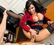 Порно в офисе с горячей ненасытной брюнеткой в чулках - 3