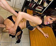 Порно в офисе с горячей ненасытной брюнеткой в чулках - 4