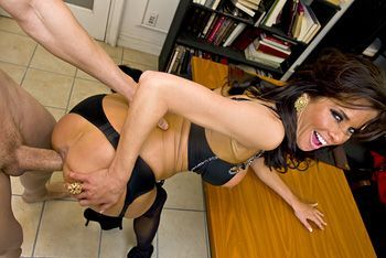 Порно в офисе с горячей ненасытной брюнеткой в чулках
