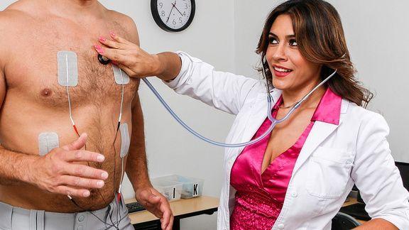 Привлекательная докторша лечит пациента страстным сексом