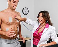 Привлекательная докторша лечит пациента страстным сексом - 1