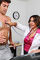 Привлекательная докторша лечит пациента страстным сексом #5