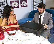 Жаркий секс зрелой брюнетки в эротическом наряде - 1
