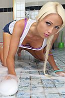 Смотреть секс с блондинкой с огромными сиськами на столе #5
