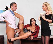Секс втроем на столе босса с горячими красотками - 1