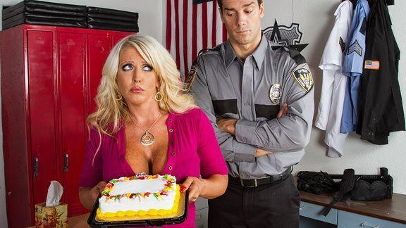 Анальный секс охранника с солидной зрелой блондинкой