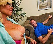 Жесткий трах в пизду сексуальной дерзкой пышногрудой блондинки в чулках - 1