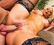 Жесткий трах в пизду сексуальной дерзкой пышногрудой блондинки в чулках - 5