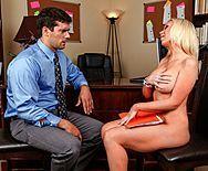 Порно сисястой студентки с преподом на столе - 1