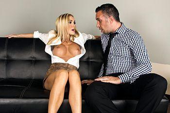 Порно сексуальной стриптизерши с клиентом