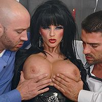 Зрелая ненасытная брюнетка в эротическом наряде наслаждается двойным проникновением