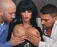 Зрелая ненасытная брюнетка в эротическом наряде наслаждается двойным проникновением - 1