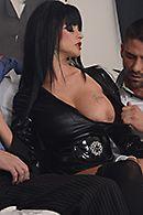 Зрелая ненасытная брюнетка в эротическом наряде наслаждается двойным проникновением #2