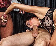 Смотреть групповой секс стройной брюнетки с тремя ненасытными мужиками - 2
