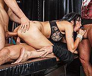 Смотреть групповой секс стройной брюнетки с тремя ненасытными мужиками - 5