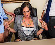 Анальное порно двух самцов с зрелой татуированной начальницей брюнеткой - 1