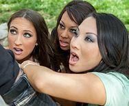 Групповое порно парня с тремя милыми девушками с красивыми сиськами в лесу - 1