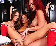 Порно стройных лесбиянок школьниц в раздевалке - 5
