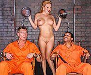 Двойное проникновение заключенных с пышной проституткой - 1