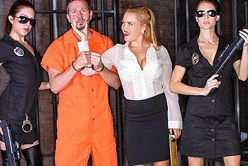 Двойное проникновение заключенных с пышной проституткой