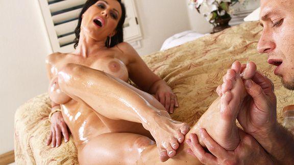 Горячий вагинальный секс со зрелой сексуальной брюнеткой