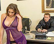 Смотреть двойное проникновение с привлекательной молодой секретаршей - 1