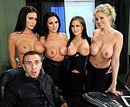 Страстный групповой секс четырех сексуальных лесбиянок с молодым парнем - 1