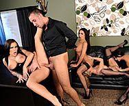 Страстный групповой секс четырех сексуальных лесбиянок с молодым парнем - 3