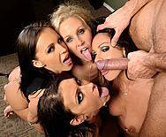 Страстный групповой секс четырех сексуальных лесбиянок с молодым парнем - 5
