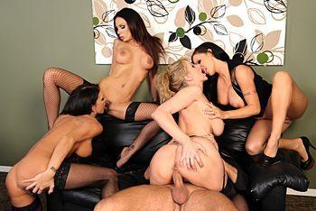 Страстный групповой секс четырех сексуальных лесбиянок с молодым парнем