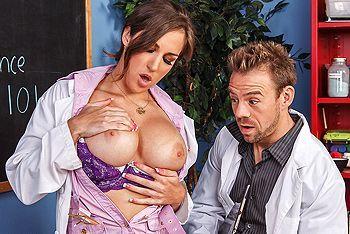Бурный секс завуча с молодой химичкой с упругими сиськами