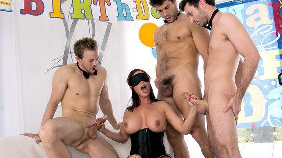 Групповой секс трех парней с элитной ненасытной брюнеткой