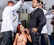 Стройная рыжая сучка кончает после секса - 2