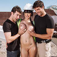 Двойное проникновение с сексуальной строительницей с упругими сиськами