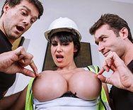 Двойное проникновение с сексуальной строительницей с упругими сиськами - 1