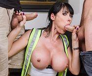Двойное проникновение с сексуальной строительницей с упругими сиськами - 2