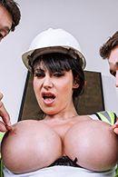 Двойное проникновение с сексуальной строительницей с упругими сиськами #2