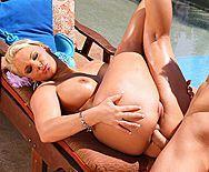 Анальный секс у бассейна с блондинкой с большими сиськами - 3